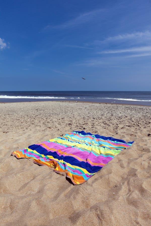 在大西洋海滩的海滩毛巾 免版税库存照片