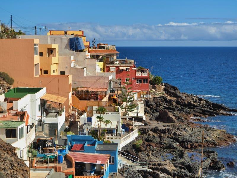 在大西洋的典型的五颜六色的渔村  免版税库存图片