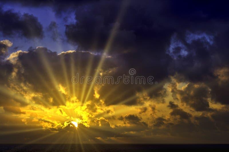 在大西洋的剧烈的日出在风暴-兰萨罗特岛,加那利群岛,西班牙前 库存照片