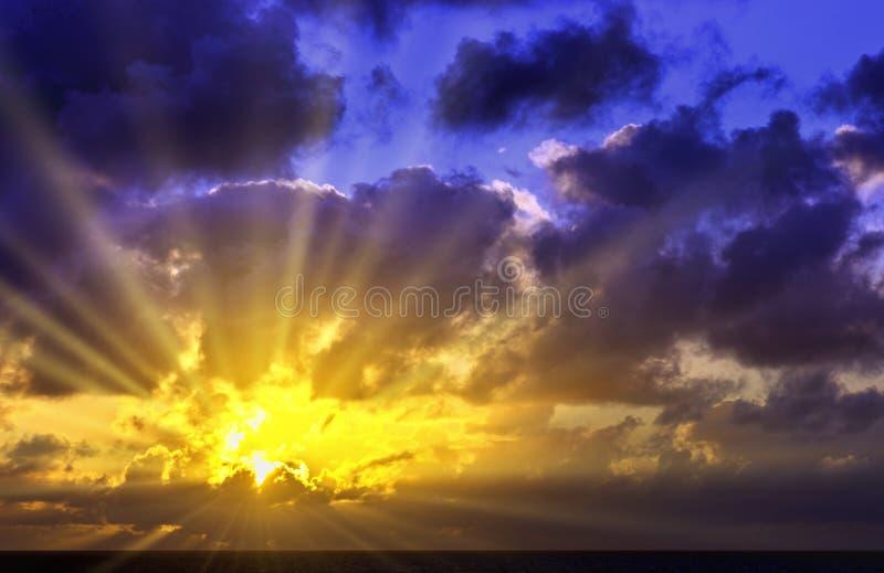 在大西洋的剧烈的日出在风暴-兰萨罗特岛,加那利群岛,西班牙前 免版税库存图片