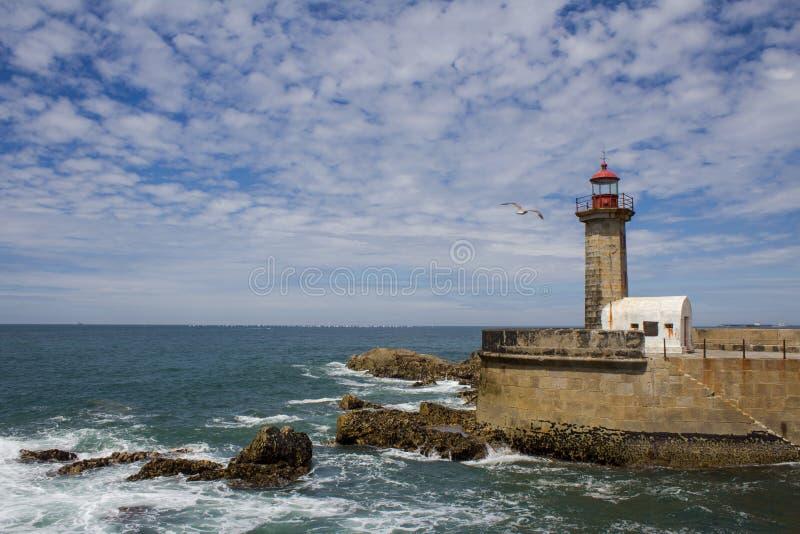 在大西洋的美丽的费尔盖拉斯灯塔在波尔图,葡萄牙 海滩做卡内罗 库存照片
