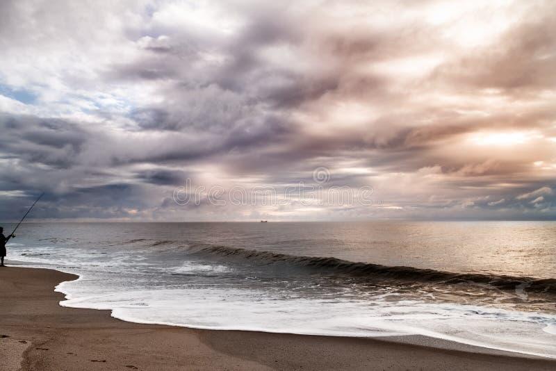 在大西洋的美丽的风雨如磐的天空 与乌云的五颜六色的剧烈的海景 免版税库存图片