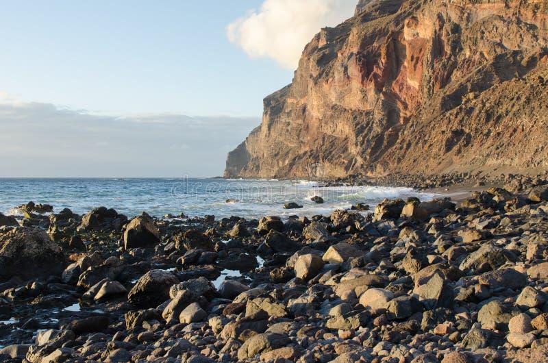 在大西洋的黑沙子海滩在戈梅拉岛,一  免版税库存照片