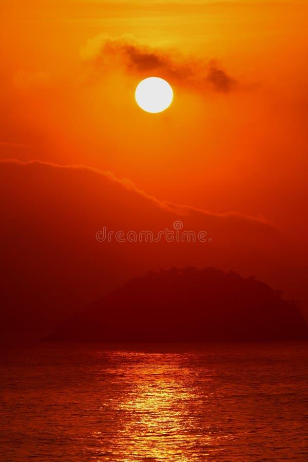 在大西洋视图的惊人的日出从科帕卡巴纳海滩,巴西的里约热内卢 库存图片