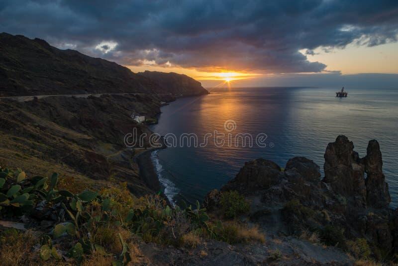 在大西洋,特内里费岛的剧烈的日出 库存照片