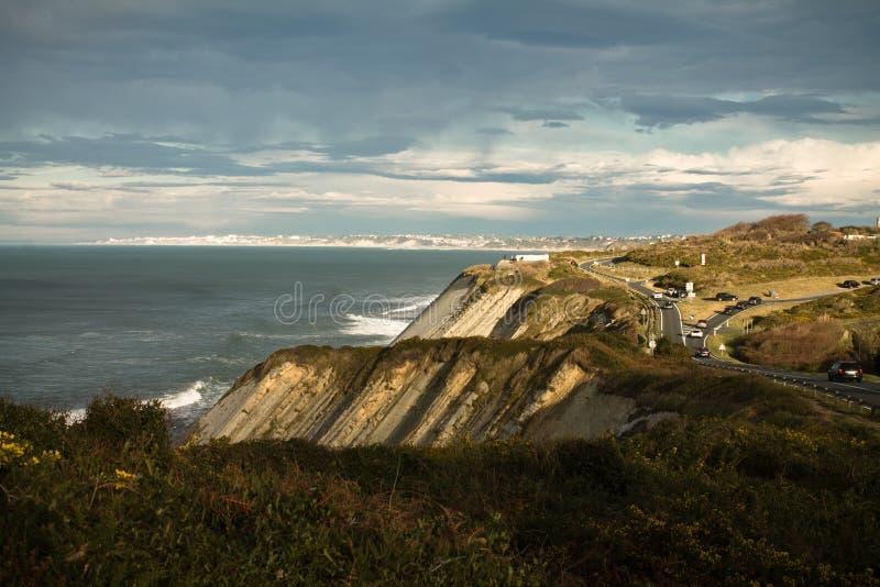 在大西洋海岸壁架的全景在五颜六色的天空和阳光,巴斯克国家,法国 免版税库存照片