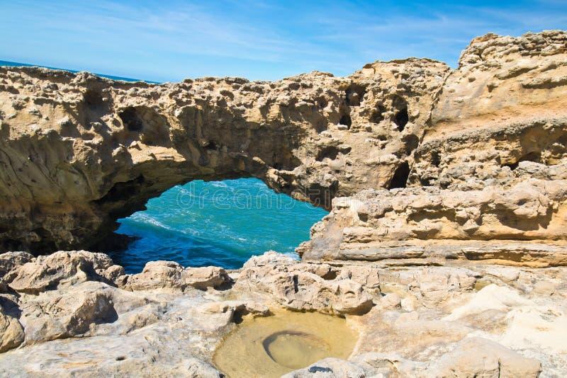 在大西洋海岸线的美丽的峭壁与绿松石海浪侵蚀在比亚利兹,巴斯克cou使在生动的颜色的背景陷下 免版税库存照片