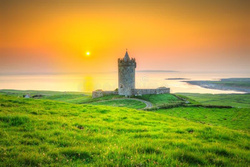 在大西洋附近的美丽的爱尔兰城堡日落的 库存照片