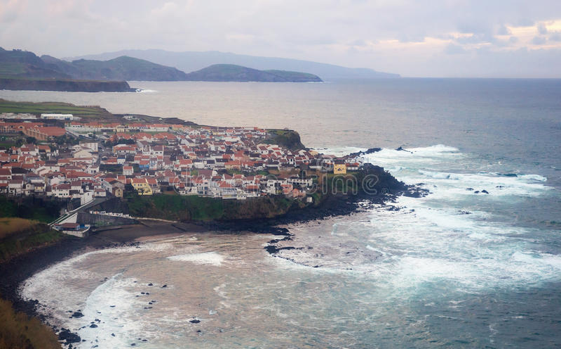在大西洋,亚速尔群岛海岛上的海岸线村庄玛雅 免版税库存图片