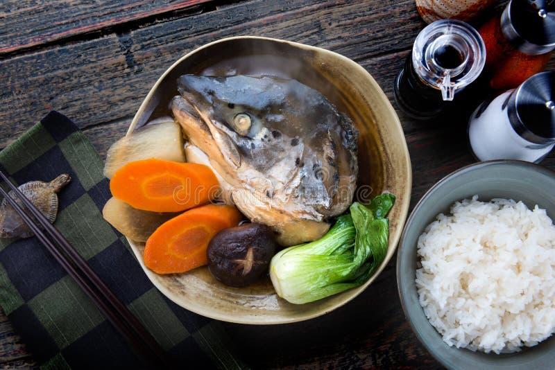 在大豆汤的三文鱼头 图库摄影