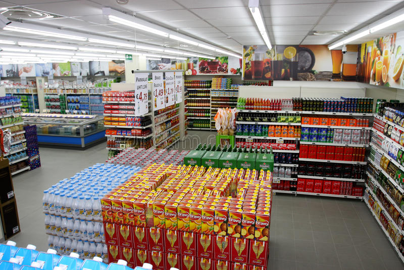 在大超级市场食物内的饮料部门 意大利 图库摄影