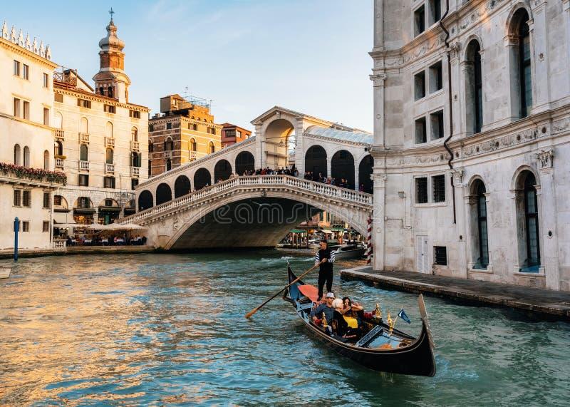 在大运河反对威尼斯大石桥桥梁,威尼斯,意大利的长平底船浮游物 免版税库存照片