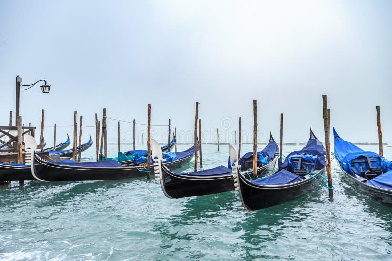 在大运河和圣乔治Maggiore教会的长平底船在威尼斯在一有雾的天 库存照片