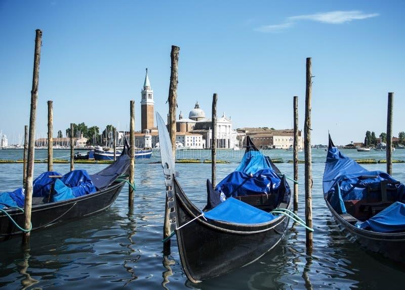 在大运河和圣乔治Maggiore教会的长平底船在威尼斯,意大利 免版税库存照片