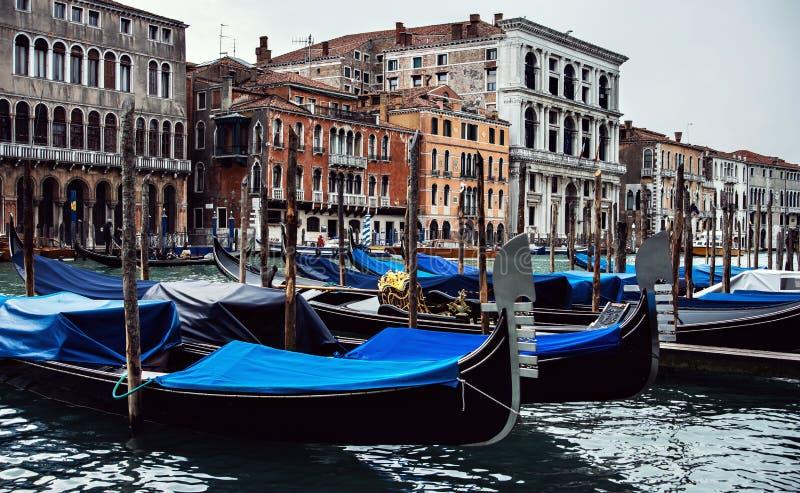 在大运河威尼斯的长平底船 免版税库存照片