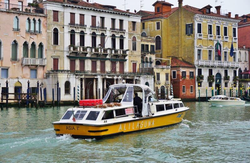 在大运河的一Alilaguna水出租汽车vaporetto 库存图片