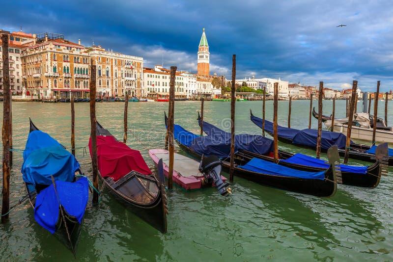 在大运河的长平底船在威尼斯,意大利。 免版税图库摄影