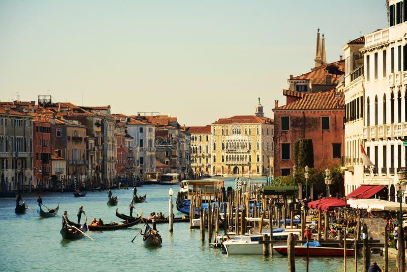 在大运河的长平底船,从Rialto桥梁,威尼斯,意大利,欧洲 免版税库存图片