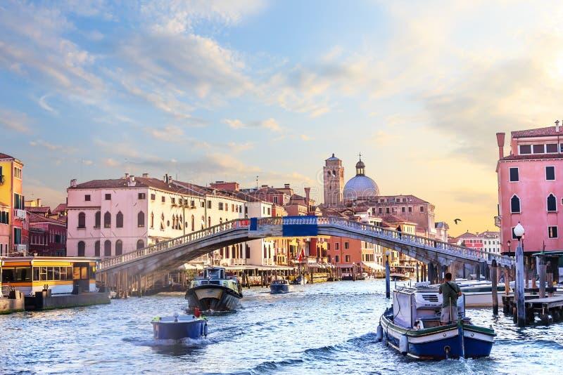 在大运河的Scalzi桥梁在威尼斯,意大利 免版税库存照片