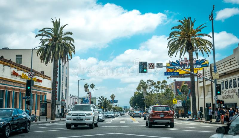 在大道好莱坞的交通 洛杉矶旅游胜地自白天 免版税库存图片