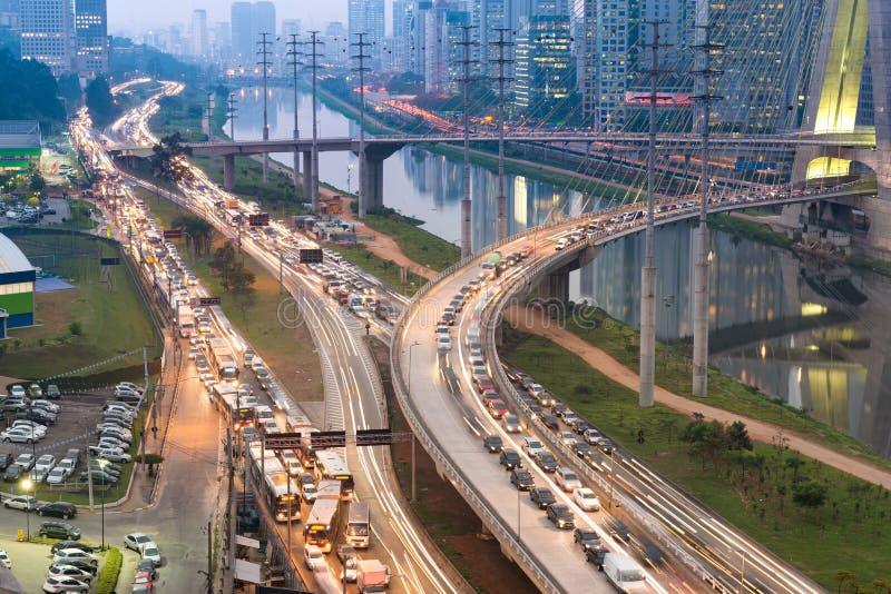 在大道少量的皮涅鲁斯的交通在圣保罗 库存照片