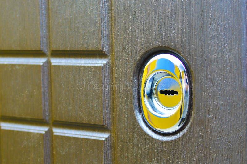 在大门的匙孔 r 概念:闯入保护 图库摄影