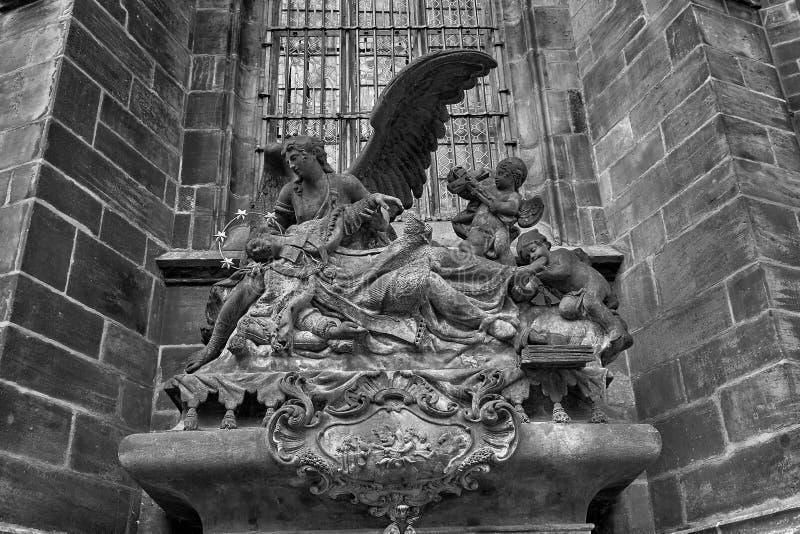 在大门的雕象对布拉格城堡的圣Vitus大教堂在布拉格,捷克 黑色白色 免版税库存图片