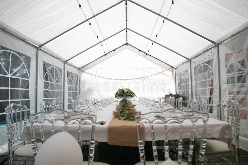 在大门罩下的典雅的自然婚姻的桌装饰 免版税图库摄影