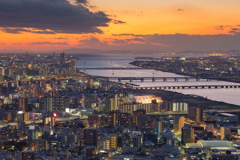 在大阪市和河鸟瞰图的日落天空 免版税库存照片