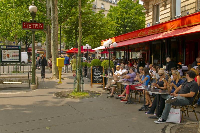 在大阳台咖啡馆的人巴黎人开会在巴黎 免版税库存图片