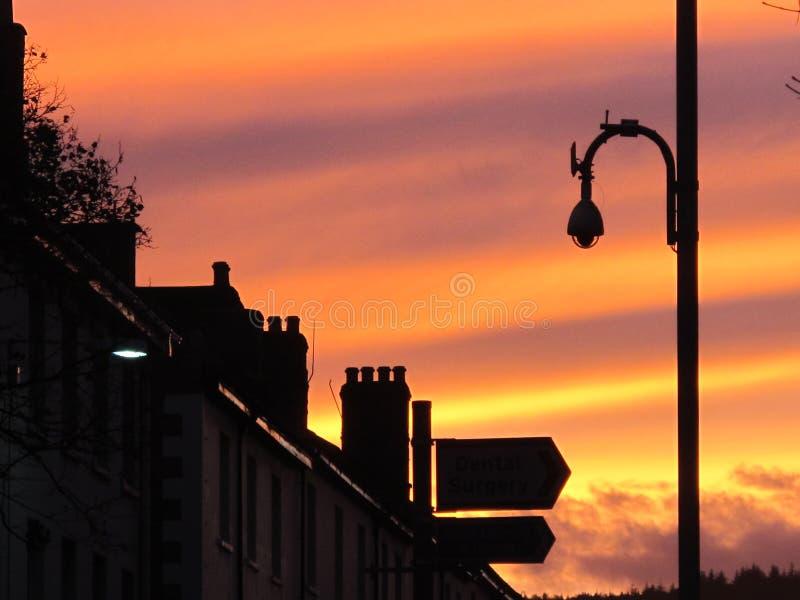 在大阳台房子行的美好的平衡的日落在英国 库存图片