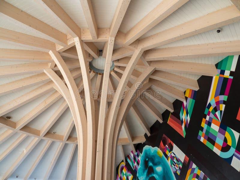 在大阳台的一个木,创造性,艺术性的屋顶 免版税图库摄影