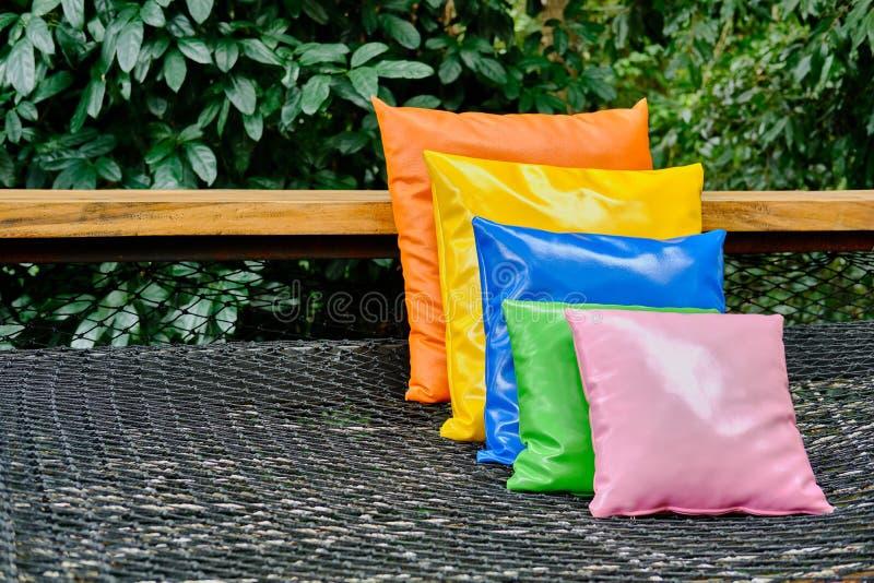 在大阳台的五颜六色的枕头在庭院中 库存图片