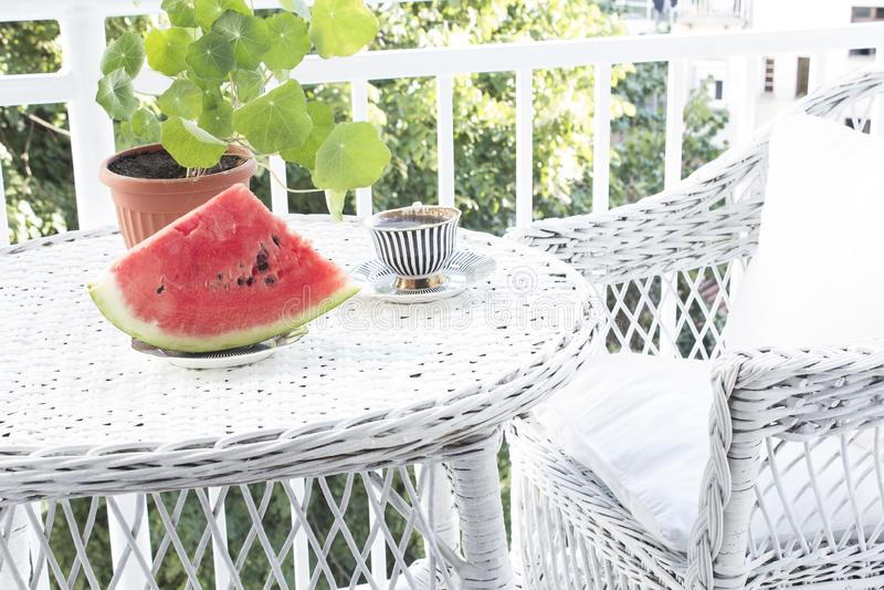 在大阳台的夏天享受 免版税库存照片