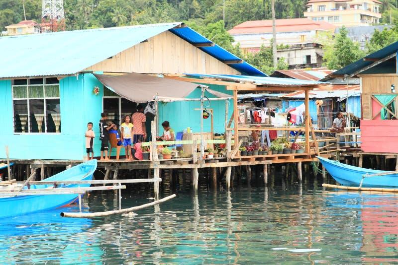 在大阳台的家庭在渔夫村庄在曼诺瓦里 库存照片