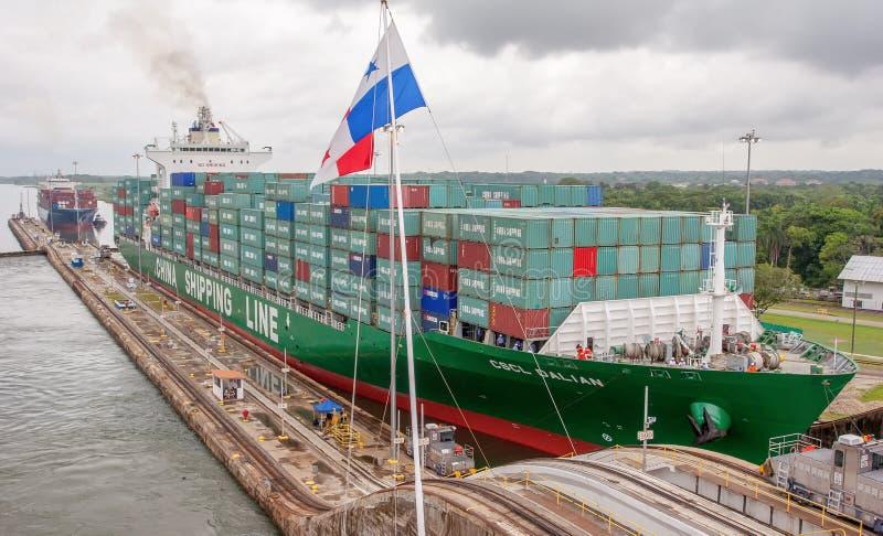 在大集装箱船的看法通过巴拿马运河充分地装载了航行 图库摄影