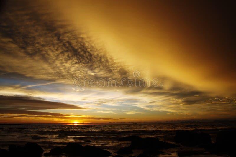 在大雨以后的日落与弧状云架子暴风云和石头在热带海岛Ko朗塔,泰国上的海洋 免版税库存照片