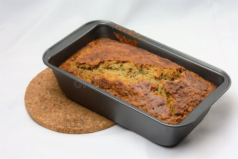 在大面包平底锅的新近地被烘烤的香蕉面包 免版税图库摄影
