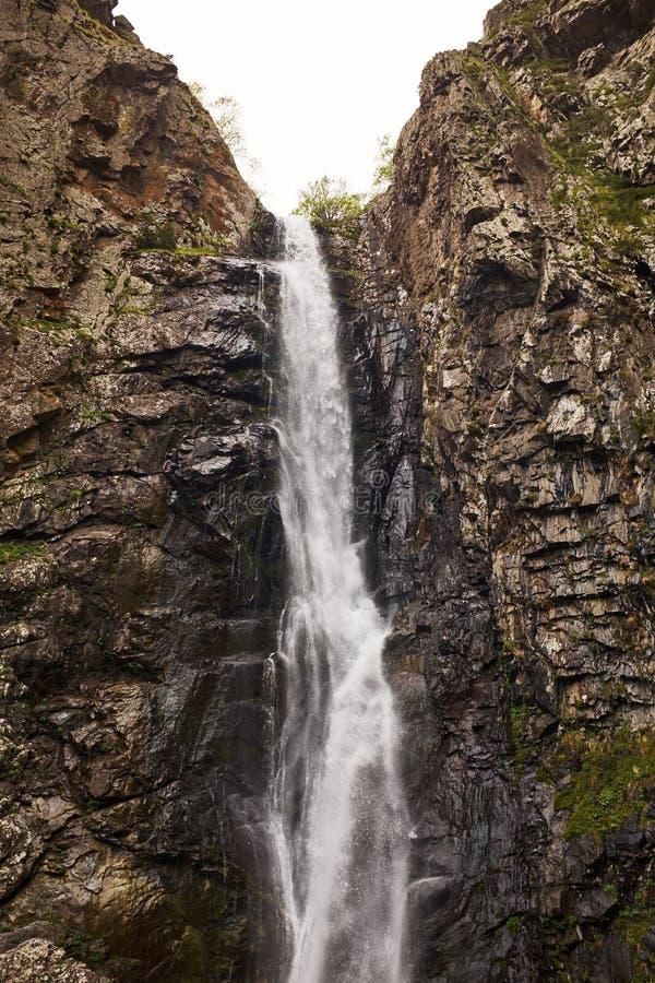 在大高加索山脉山的Gveleti瀑布在乔治亚 免版税图库摄影