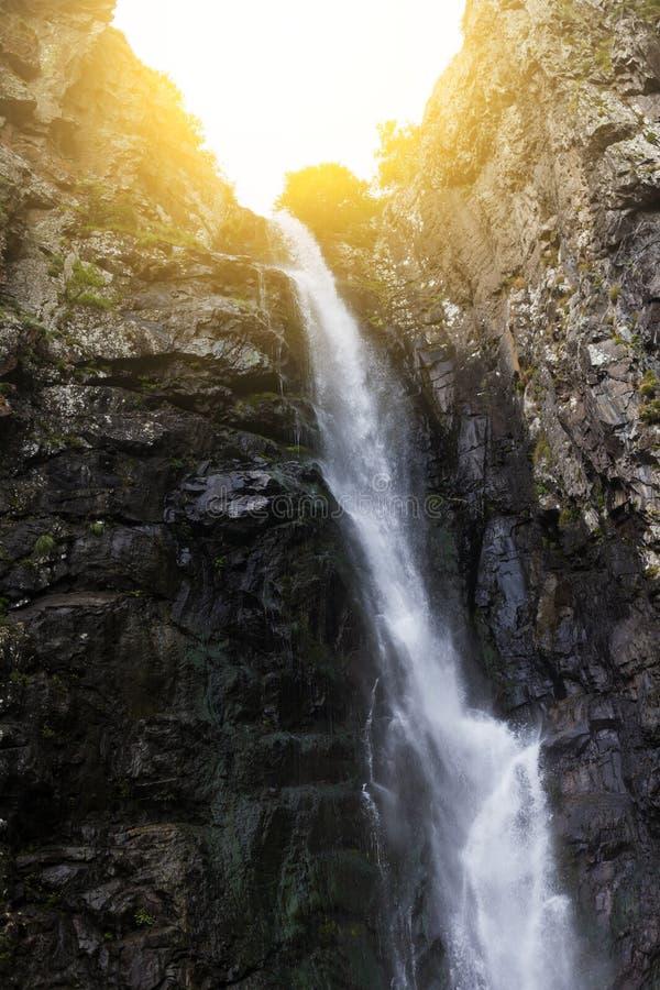 在大高加索山脉山的Gveleti瀑布在乔治亚 库存照片