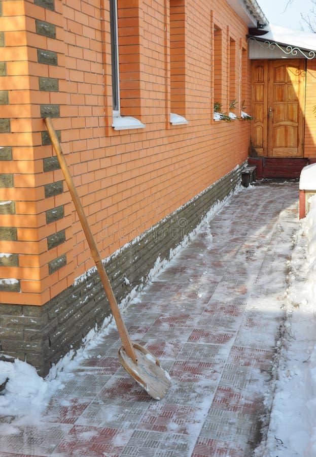 在大暴风雪以后的清洁路与雪铁锹 库存图片