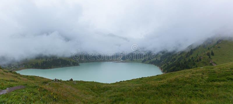 在大Almaty湖的厚实的白色薄雾 库存照片