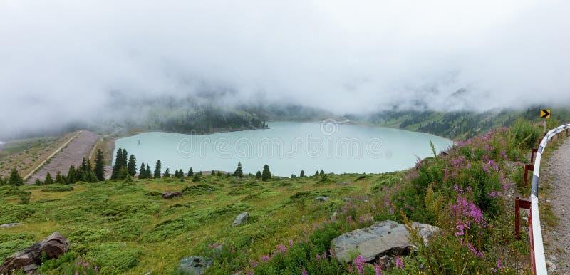在大Almaty湖的厚实的白色薄雾 免版税库存照片