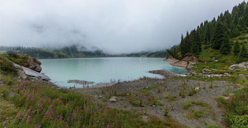 在大Almaty湖的厚实的白色薄雾 免版税图库摄影