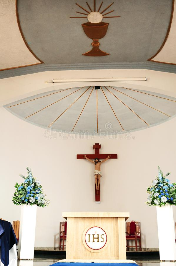 在天主教会法坛的十字架 图库摄影