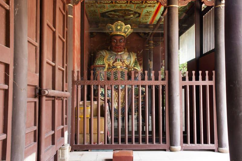 在天坛寺庙门的中国天使战士门房雕象在汕头镇或Swatow市的在潮州,中国 免版税库存照片