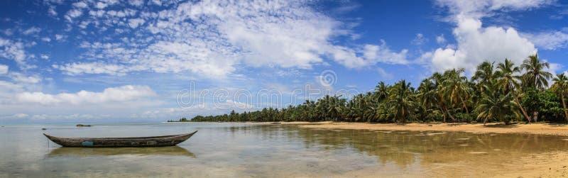 在天堂椰树海滩, ÃŽle辅助Nattes,图阿马西纳,马达加斯加附近的偏僻的独木舟全景 库存照片
