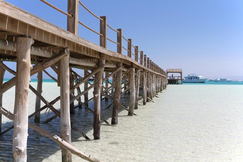 在天堂海岛上的木码头在离洪加达的附近海岸  库存图片