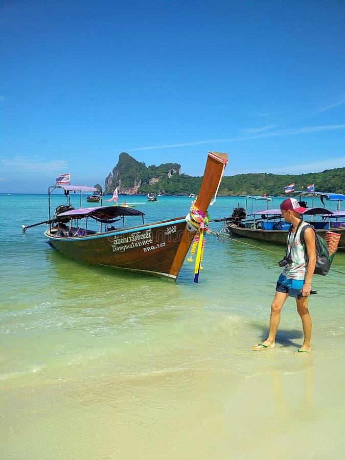在天堂海岛上的海滩 与longtail小船的海景 库存照片