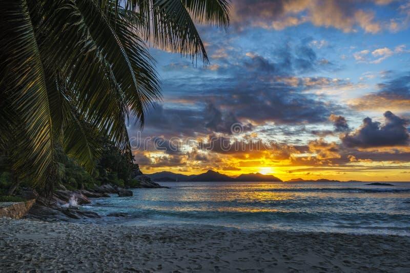 在天堂海滩的美好的浪漫日落在严厉的anse, la d 库存图片